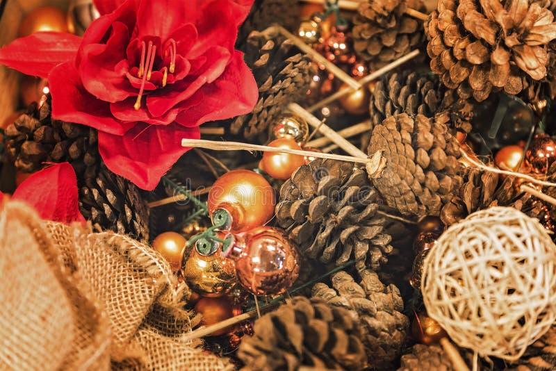 Bożenarodzeniowa dekoracja z sosna rożkami i boże narodzenie piłkami obraz royalty free