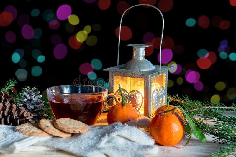 Bożenarodzeniowa dekoracja z starą filiżanką herbata i lampionem obraz stock
