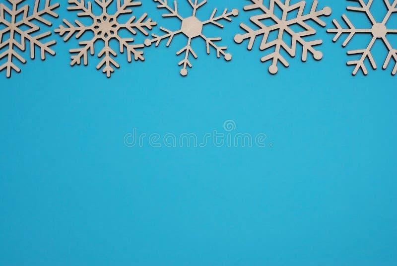 Bożenarodzeniowa Drewniana płatka śniegu kształta dekoracja Odizolowywająca na Błękitnym tle zdjęcia royalty free