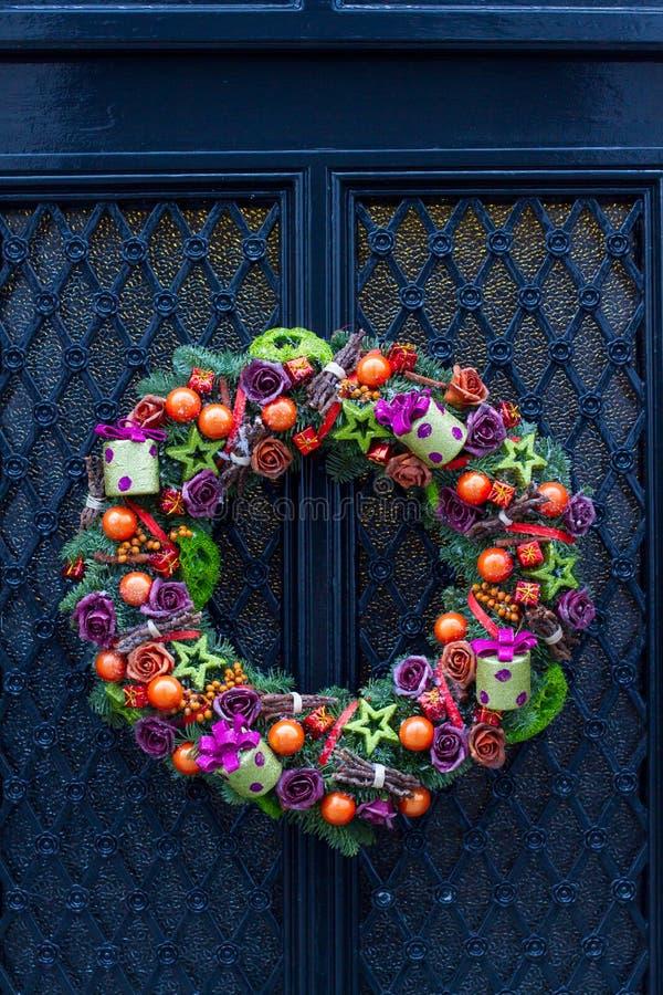 Bożenarodzeniowa drzwiowa dekoracja obraz stock