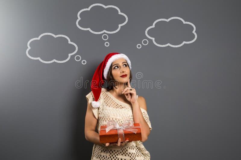 Bożenarodzeniowa dziewczyna patrzeje up pustą kopii przestrzeni chwyta prezenta pudełka teraźniejszość, y zdjęcia stock