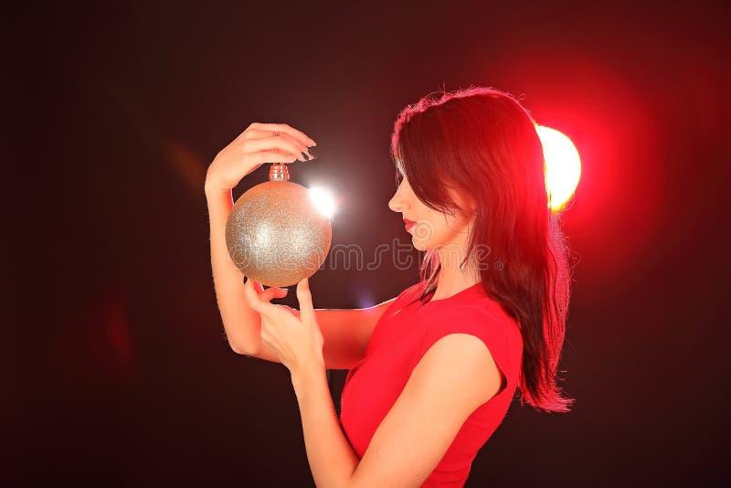 Bożenarodzeniowa dziewczyna z cristal złotą piłką w jej ręce zdjęcie royalty free