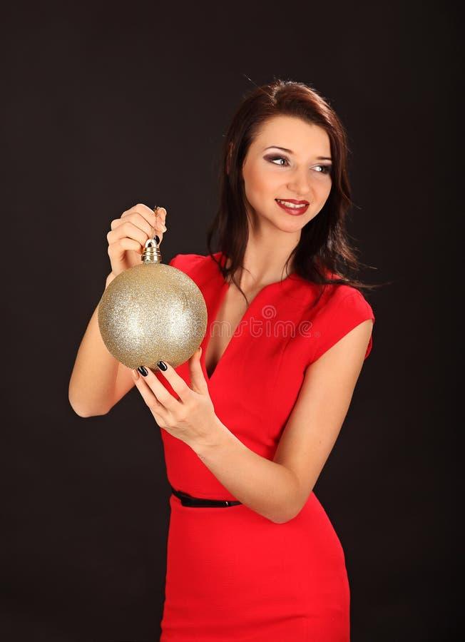 Bożenarodzeniowa dziewczyna z cristal złotą piłką w jej ręce obraz stock