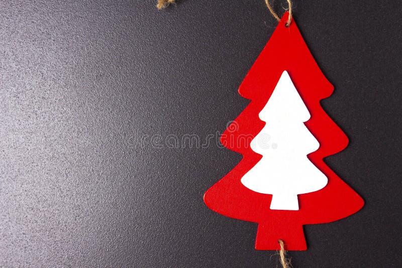 Bożenarodzeniowa jedlinowego drzewa drewniana zabawka na czarnym tle miejsce tekst Xmas wakacji pojęcie fotografia stock