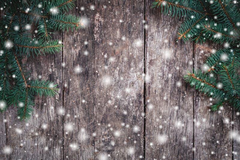 Bożenarodzeniowa jodła rozgałęzia się na drewnianym tle Xmas i Szczęśliwy nowego roku skład zdjęcie stock