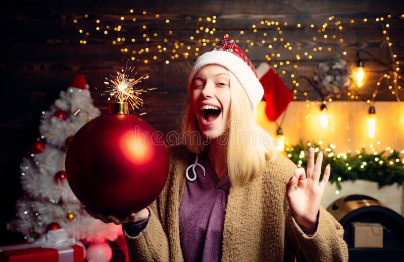 Bożenarodzeniowa kobieta chwyta bomba Kobieta uśmiechu boże narodzenia Wesoło boże narodzenia i Szczęśliwy nowy rok Szalona komic fotografia stock