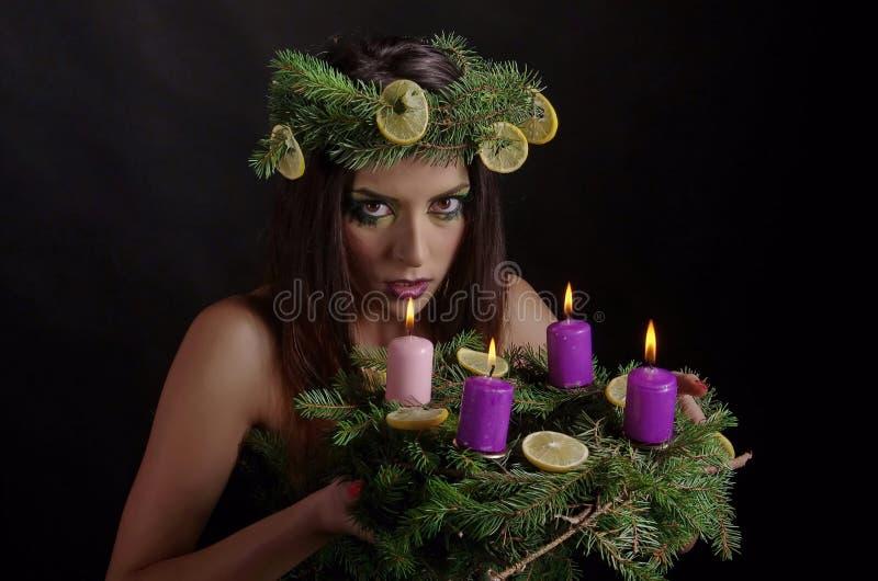 Bożenarodzeniowa kobieta Z Adwentowym wiankiem zdjęcie stock