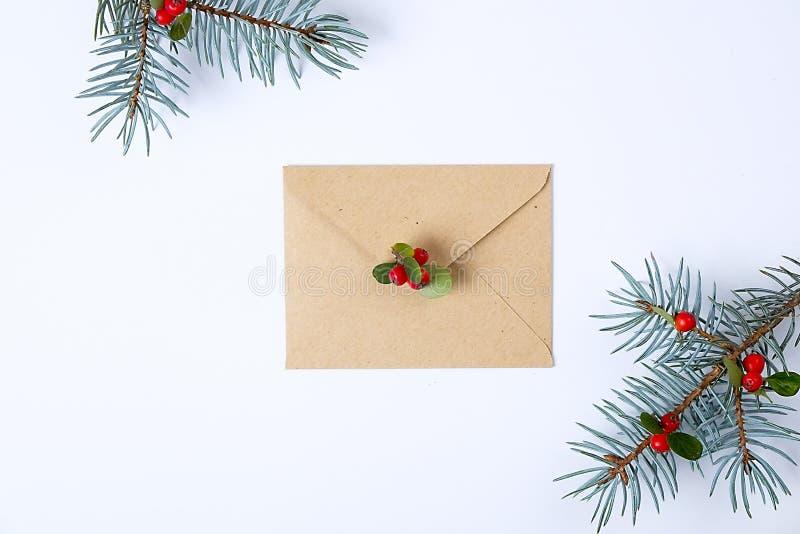 Bożenarodzeniowa kolekcja z kopertą, faborek, czerwone jagody dla egzaminu próbnego w górę szablonu projekta na widok Mieszkanie  fotografia stock