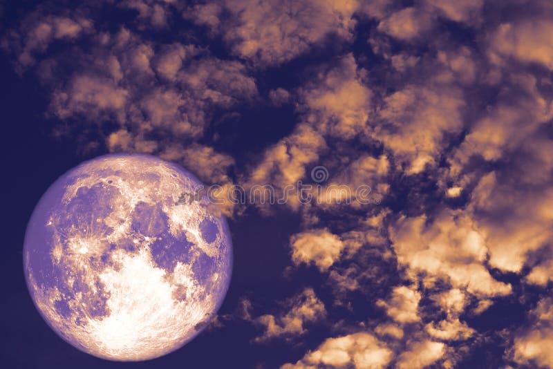Bożenarodzeniowa księżyc, Zimny księżyc plecy nad rozsypisko chmury czerwieni nocnym niebem fotografia stock