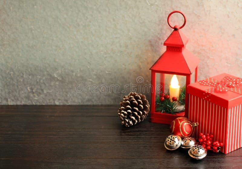 Bożenarodzeniowa latarniowa czerwień z prezenta pudełka srebnych dzwonów sosną także konusuje zdjęcie stock