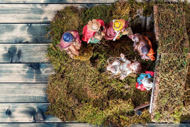 Bożenarodzeniowa narodzenie jezusa scena z Świętą rodziną w budzie i trzy mędrzec stary drewniany tło zdjęcia royalty free