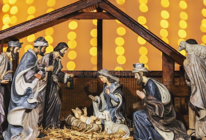 Bożenarodzeniowa narodzenie jezusa scena z figurkami w światłach zdjęcie royalty free