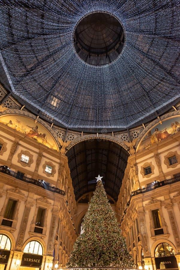 Bożenarodzeniowa noc wśrodku Vittorio Emanuele II galerii Mediolan; zdjęcie stock