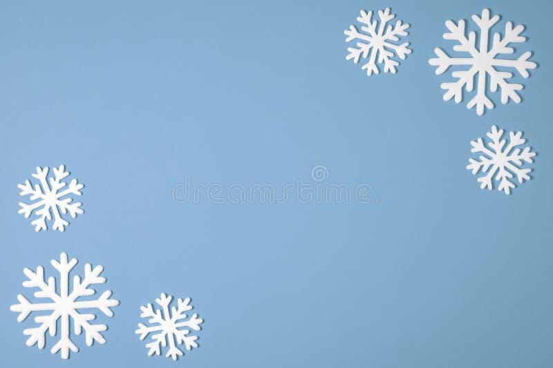 Bożenarodzeniowa płatek śniegu granicy rama na różowym tle Bożenarodzeniowa minimalna tekstura z kopii przestrzenią Odgórny widok zdjęcia stock