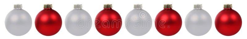 Bożenarodzeniowa piłek baubles dekoraci czerwieni srebra granica z rzędu jest zdjęcia royalty free