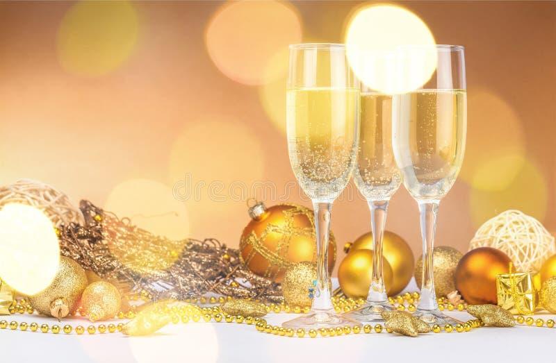 Bożenarodzeniowa piłka i szampan zdjęcia royalty free