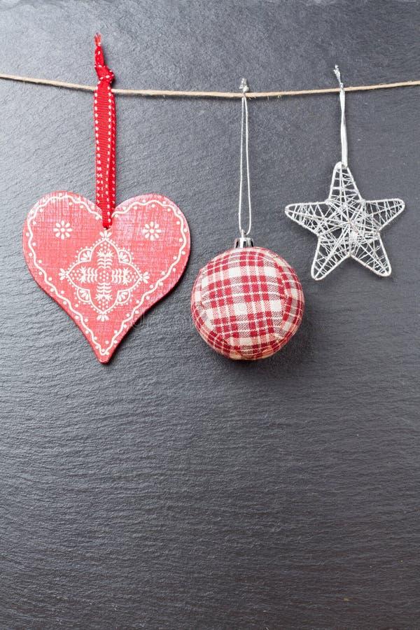 Bożenarodzeniowa piłka osrebrzająca gwiazda i czerwony serce, zdjęcia stock