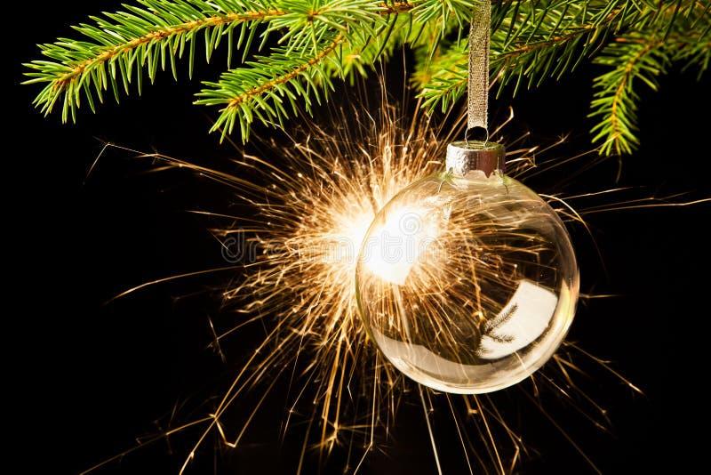 Bożenarodzeniowa piłka z sparkler zdjęcie stock