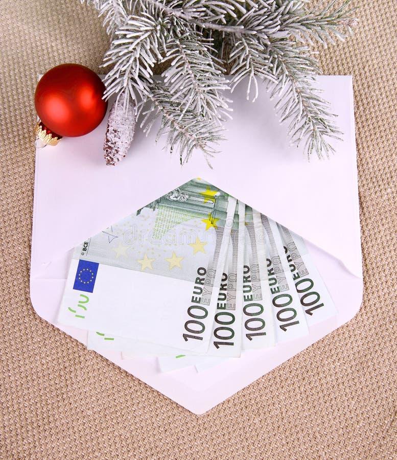 Bożenarodzeniowa premia - pięćset euro w kopercie i wystroju zdjęcie stock