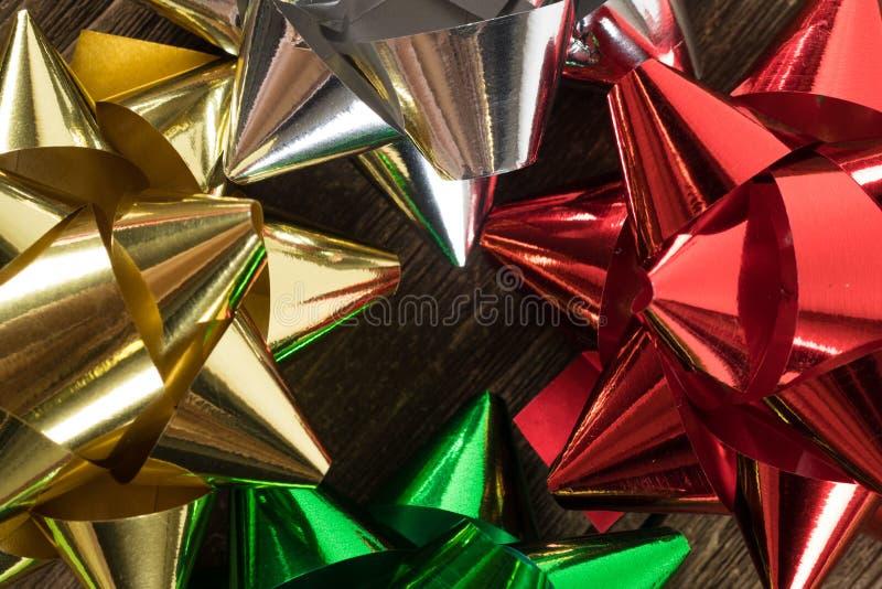 Bożenarodzeniowa prezent dekoracja, faborki na rocznika drewnie lub zdjęcia stock