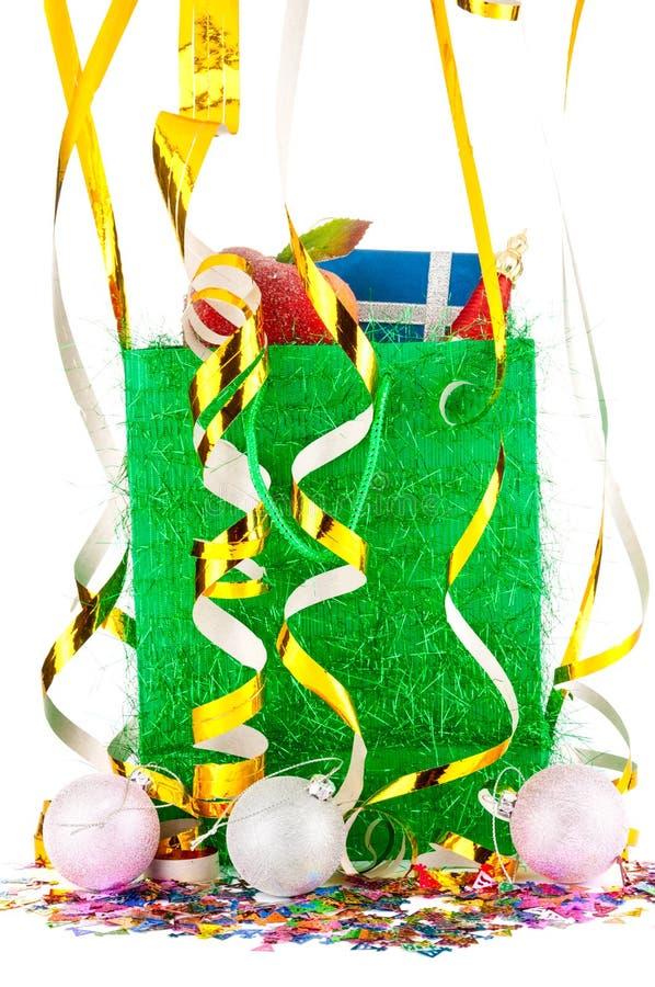 Bożenarodzeniowa prezent torba z złotymi świątecznymi faborkami dalej i xmas piłkami zdjęcia stock
