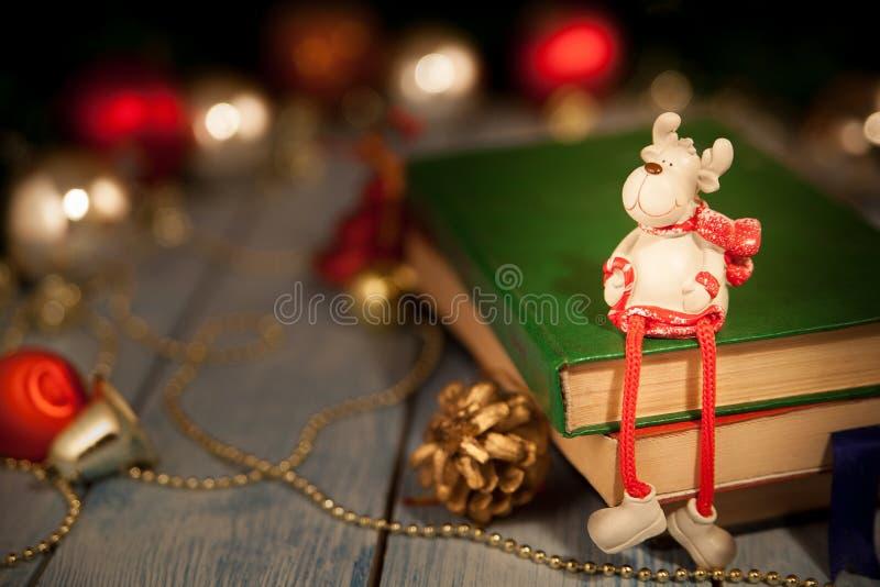 Bożenarodzeniowa rogacz zabawka siedzi na książkach zdjęcia stock
