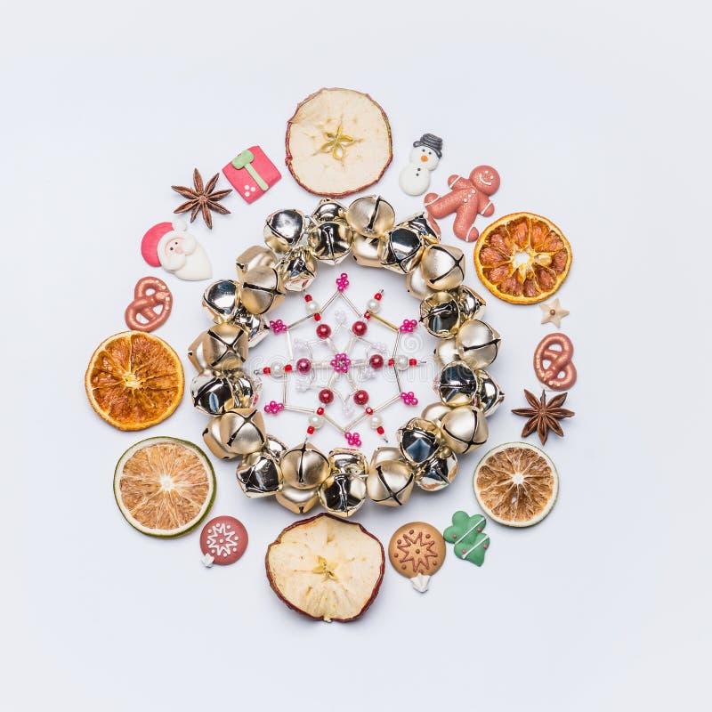 Bożenarodzeniowa round okrąg rama, wianek robić z lub wysuszonymi owoc, anyż gwiazdy i marcepanowy Bożenarodzeniowy wystrój obraz royalty free