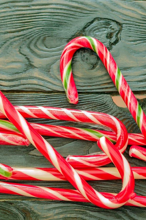 Bożenarodzeniowa słodkość Świątecznego karmelu Bożenarodzeniowi personel kłamają rozsypisko zdjęcia stock