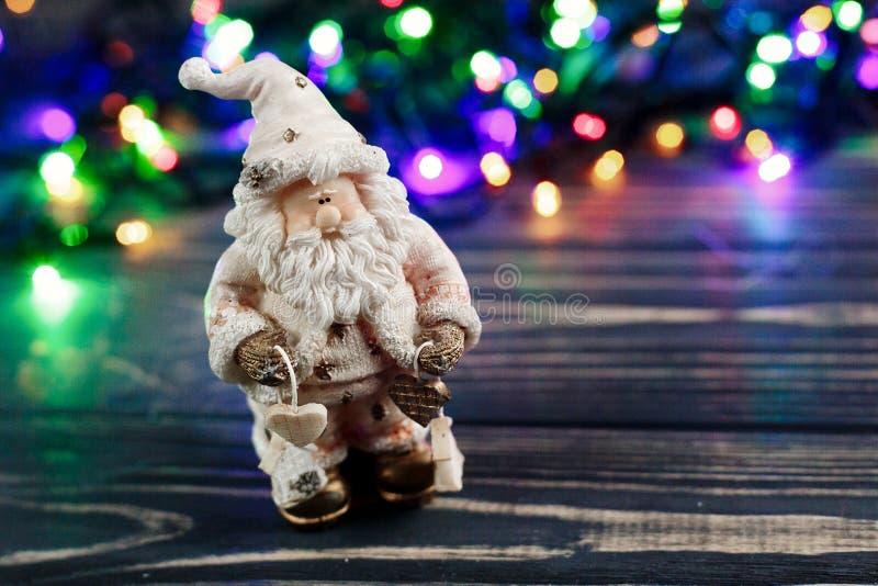 Bożenarodzeniowa Santa Claus zabawka na tle kolorowy girlandy ligh zdjęcia stock