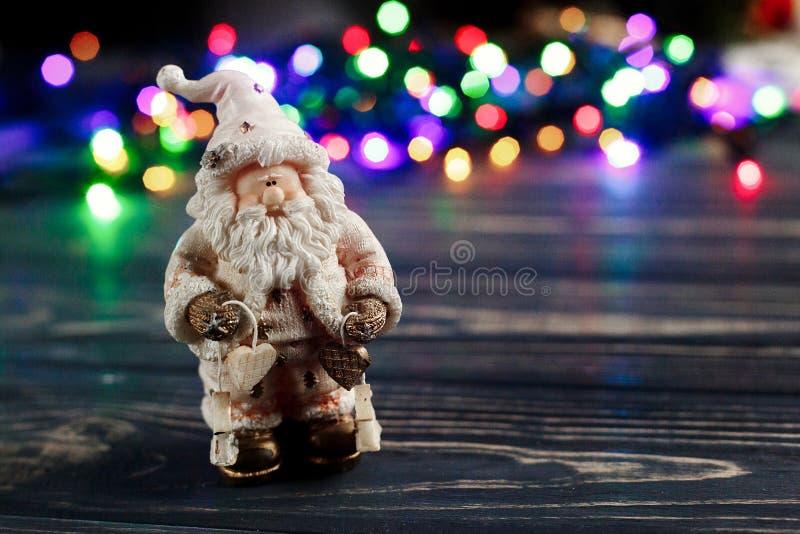 Bożenarodzeniowa Santa Claus zabawka na tle kolorowy girlandy ligh zdjęcie stock