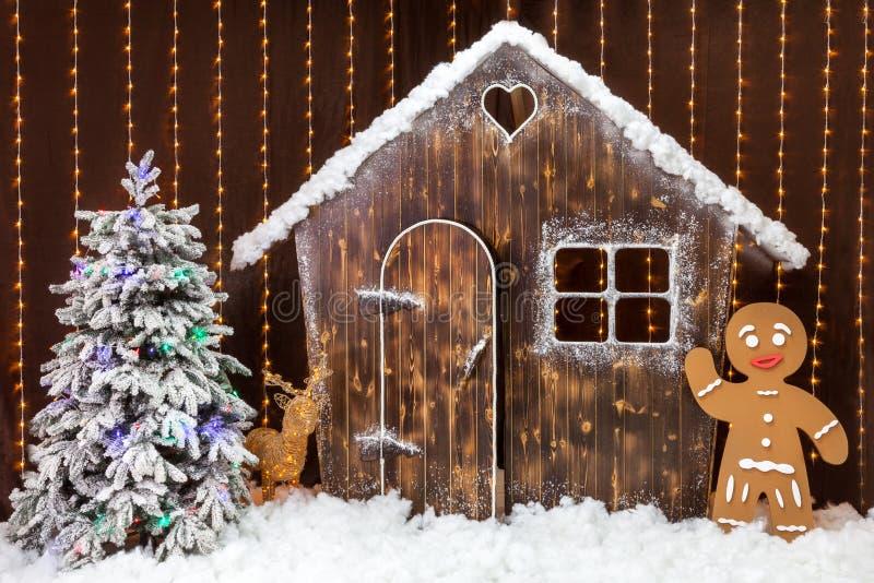 Bożenarodzeniowa scena z śnieżystą budą, piernikowym mężczyzna i choinką, Bajka lasu dekoracja zdjęcie royalty free