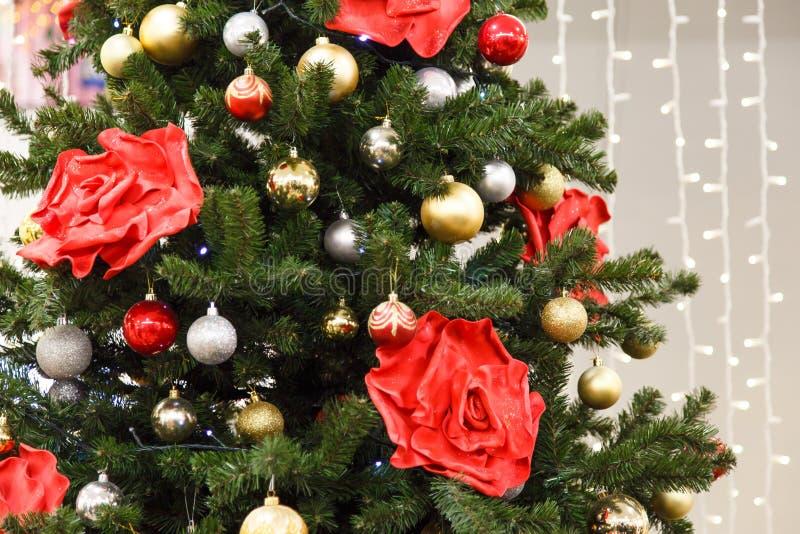 Bożenarodzeniowa scena z drzewo dekorować zabawkami fotografia royalty free