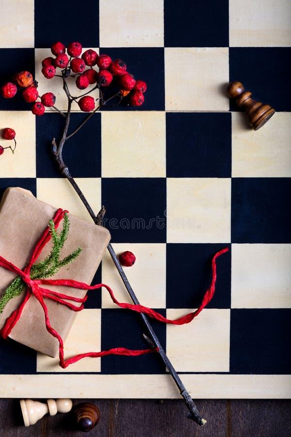 Bożenarodzeniowa teraźniejszość na szachowej desce Zima wakacji gry pojęcie fotografia stock