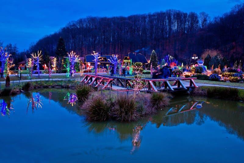 Bożenarodzeniowa wioska jeziornym widokiem fotografia royalty free