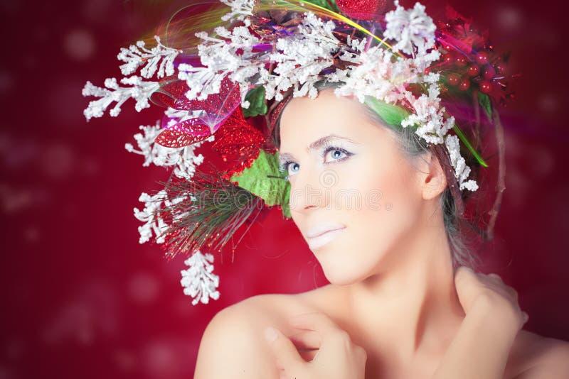 Bożenarodzeniowa zimy kobieta z drzewną fryzurą i makeup, moda model zdjęcia stock