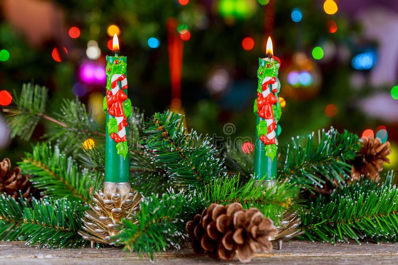 Bożenarodzeniowe świeczki i ornamenty nad ciemnym tłem z światłami obrazy stock