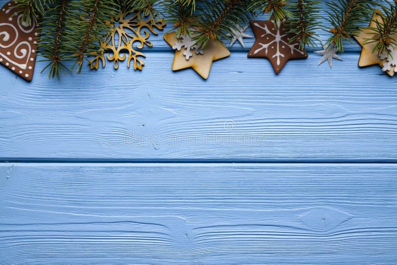 Bożenarodzeniowe dekoracje - gałąź świerkowy drzewo, słodcy ciastka obrazy stock