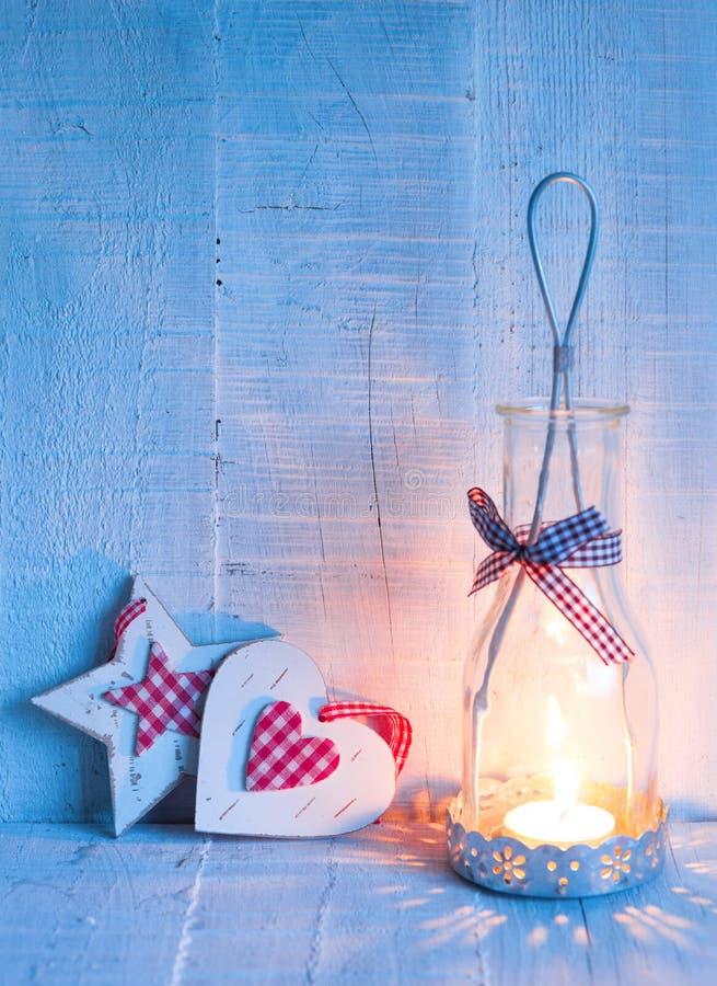 Bożenarodzeniowe dekoracje i lampion przy wieczór obraz tonujący Ostrość Na sercu fotografia royalty free