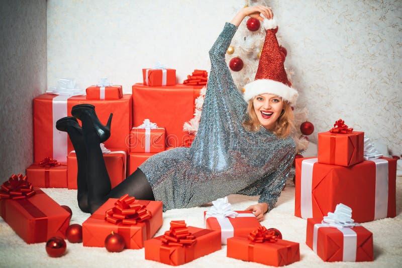 Bożenarodzeniowe dekoracje i prezenta pudełko na drewnianym tle Boże Narodzenie suknie Śmieszny Śmia się Zdziwiony kobieta portre obrazy stock