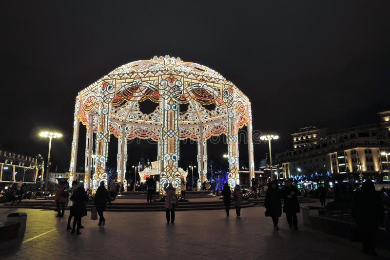Bożenarodzeniowe dekoracje na teatru kwadracie w Moskwa Ogromna piłka zdjęcie royalty free