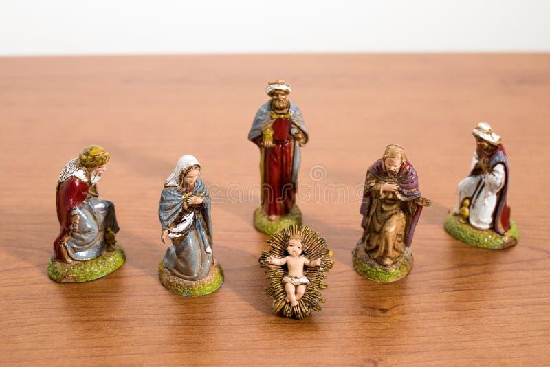 Bożenarodzeniowe dekoracje, narodzenie jezusa sceny statuy na drewno stole fotografia stock