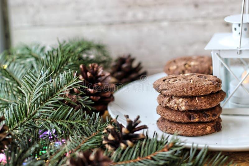 Bożenarodzeniowe dekoracje owsów ciastka dla Święty Mikołaj iglaści drzewa i gałąź - zdjęcie stock