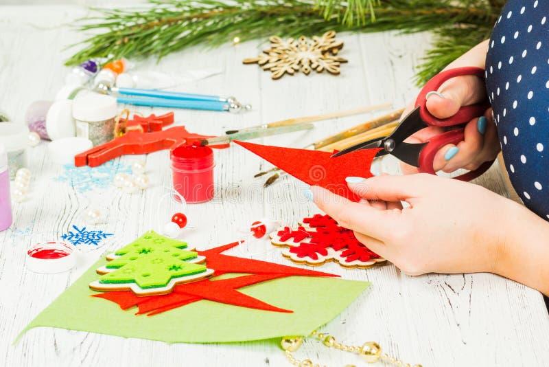 Bożenarodzeniowe dekoracje, piłki, zabawki i prezentów pudełka na starym drewnie, obrazy royalty free