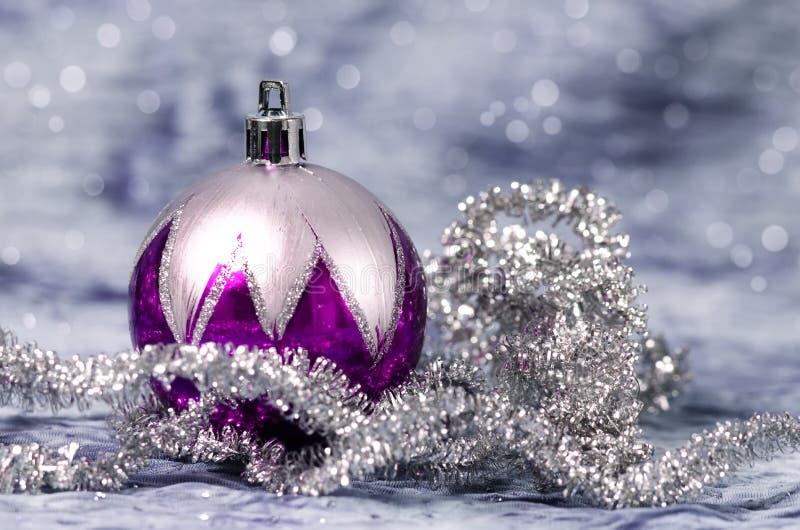 Bożenarodzeniowe dekoracje purpurowe i srebne obraz royalty free