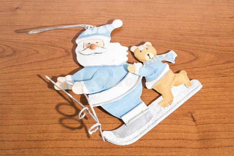 Bożenarodzeniowe dekoracje, Santa Claus na drewno stole zdjęcia royalty free