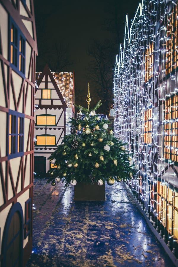 Bożenarodzeniowe dekoracje w Moskwa Xmas drzewo i zabawki bajki domy Noc chodzi w mieście Śnieżna i mroźna noc wakacje zdjęcia stock