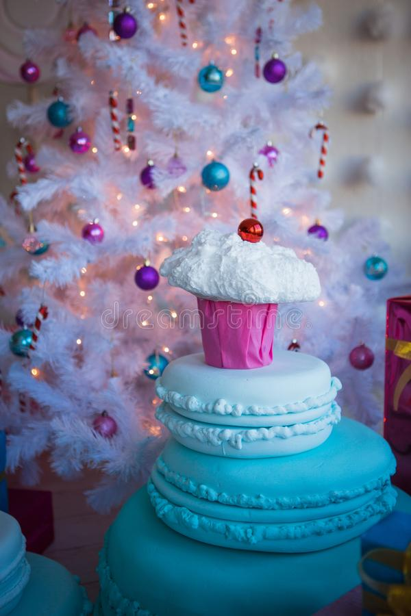 Bożenarodzeniowe dekoracje w postaci tortów i wielkiej czekolady Boże Narodzenie zabawki na białej sztucznej choince fotografia royalty free