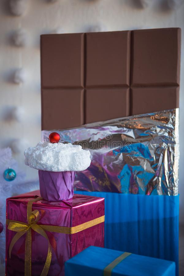 Bożenarodzeniowe dekoracje w postaci tortów i wielkiej czekolady Boże Narodzenie zabawki na białej sztucznej choince obraz stock