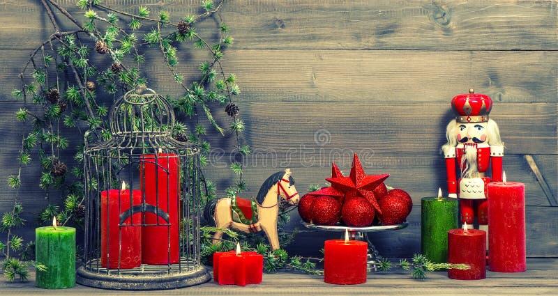 Bożenarodzeniowe dekoracje z czerwonymi świeczkami i rocznik zabawkami zdjęcie stock