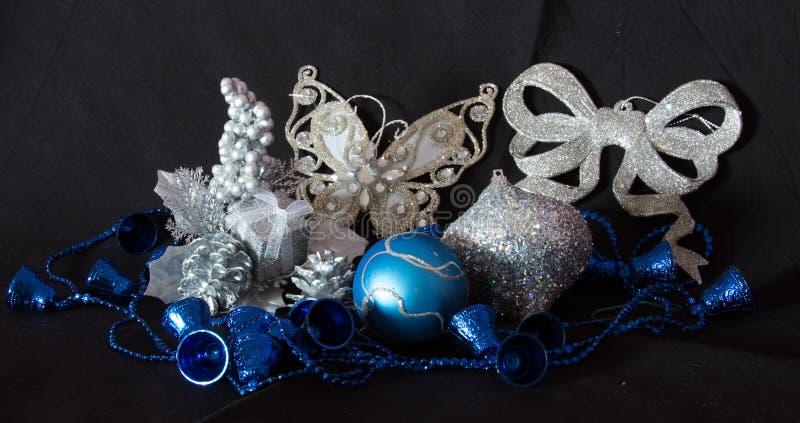 Bożenarodzeniowe dekoracje z motylem, piłkami i dzwonami, obraz stock